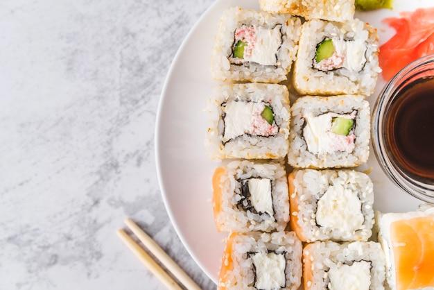 Bovenaanzicht close-up van sushi plaat