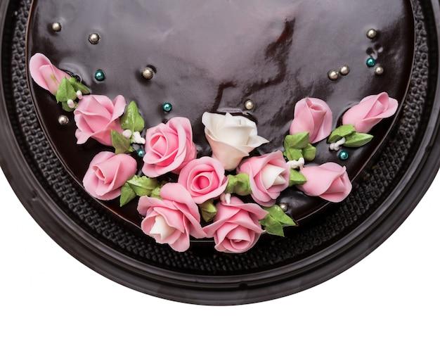 Bovenaanzicht closeup donkere chocolade cake decoraties met icing vruchten op witte achtergrond