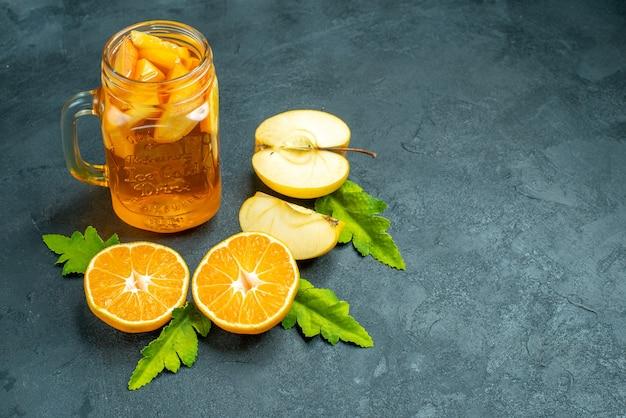 Bovenaanzicht cocktail gesneden sinaasappelen en appels op donkere geïsoleerde achtergrond