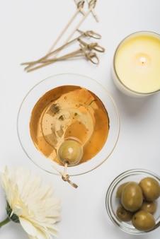 Bovenaanzicht cocktailglas met olijfolie