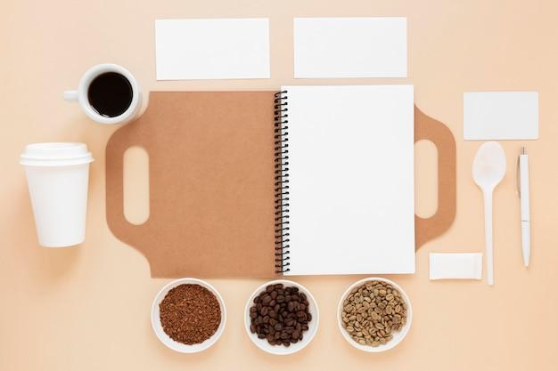 Bovenaanzicht coffeeshop branding arrangement