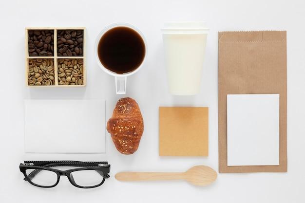 Bovenaanzicht coffeeshop branding samenstelling op witte achtergrond