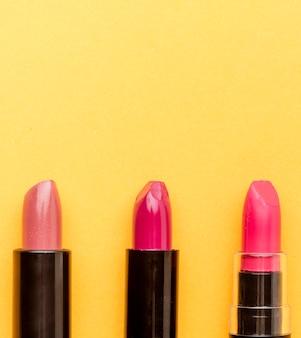 Bovenaanzicht collectie lippenstiften met kopie ruimte