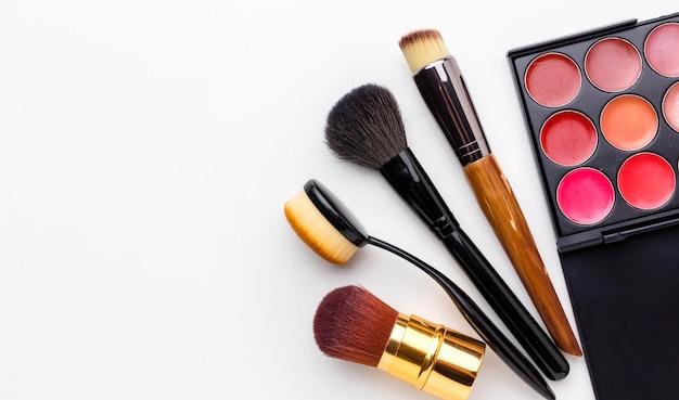 Bovenaanzicht collectie make-up accessoires met kopie ruimte