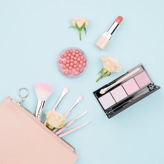 Bovenaanzicht collectie schoonheidsproducten op blauwe achtergrond