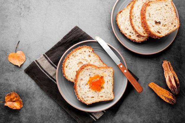 Bovenaanzicht collectie sneetjes brood met herfstbladeren