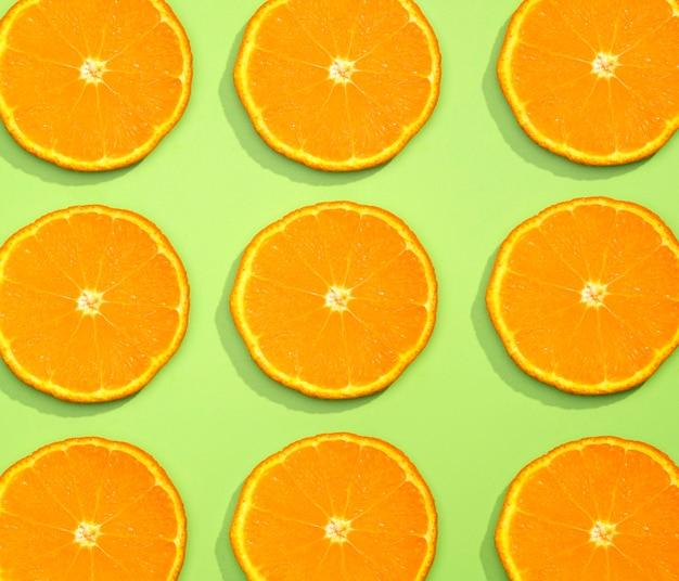 Bovenaanzicht collectie van biologische stukjes sinaasappel