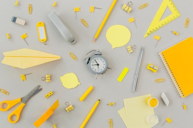 Bovenaanzicht collectie van briefpapier objecten op de tafel