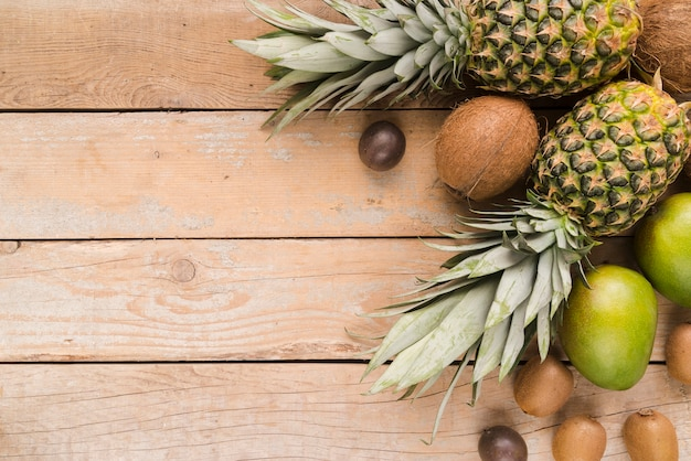Bovenaanzicht collectie van exotisch fruit met kopie ruimte