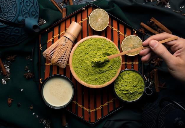 Bovenaanzicht collectie van gepoederde groene thee