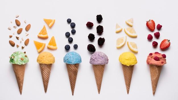 Bovenaanzicht collectie van heerlijke ijsjes op tafel