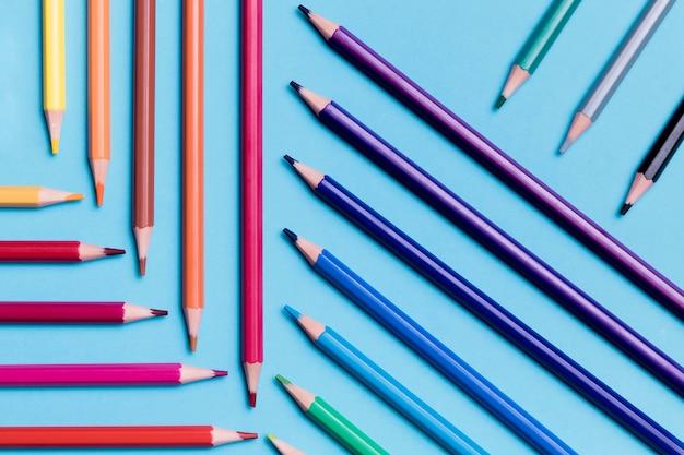 Bovenaanzicht collectie van kleurrijke potloden