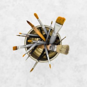 Bovenaanzicht collectie van penselen op tafel