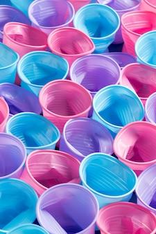 Bovenaanzicht collectie van plastic bekers op tafel