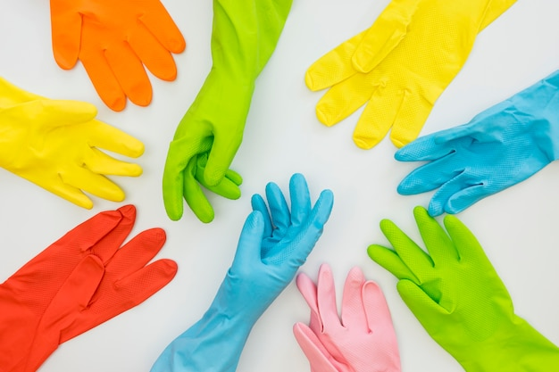Bovenaanzicht collectie van rubberen handschoenen op tafel
