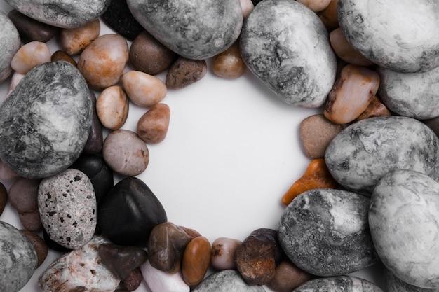 Bovenaanzicht collectie van stenen op tafel