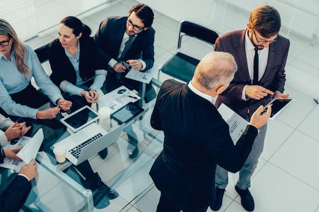 Bovenaanzicht. collega's bespreken zakelijke documenten