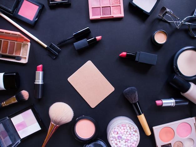 Bovenaanzicht compositieset voor professionele make-up.
