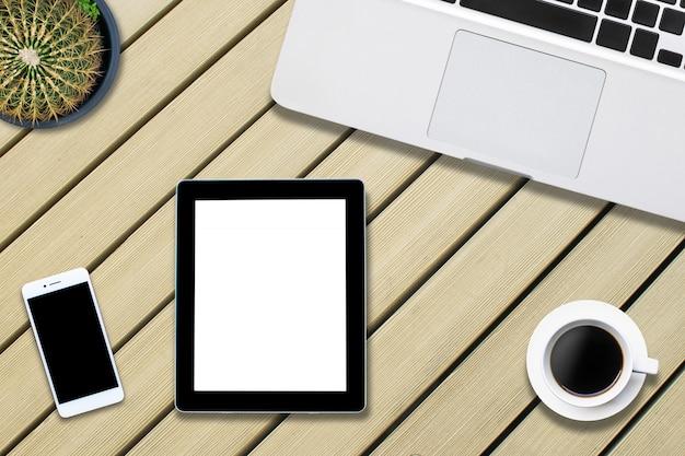 Bovenaanzicht computer nootebook op achtergrond hout