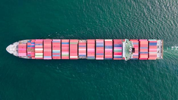 Bovenaanzicht containerschip dat grote vracht vervoert om export te importeren voor logistieke bedrijven;