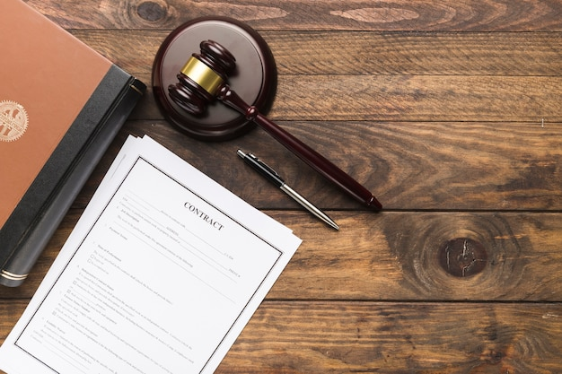 Bovenaanzicht contract, boek en rechter hamer