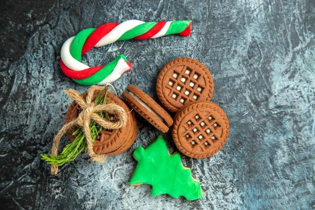 Bovenaanzicht cookies gebonden met touwen cookies xmas snoepjes op grijze ondergrond