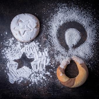 Bovenaanzicht cookies met kokos kruimels en bloem