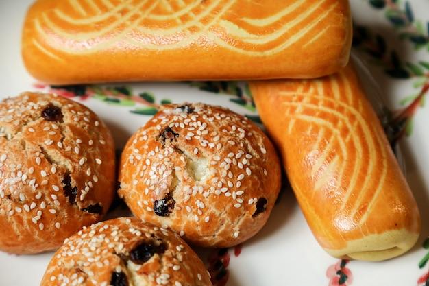 Bovenaanzicht cookies met rozijnen op een bord