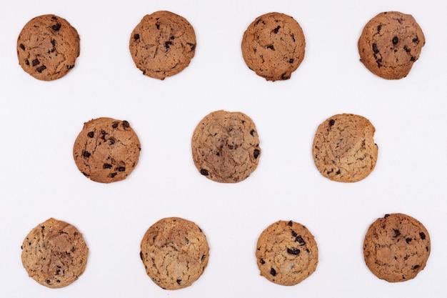 Bovenaanzicht cookies op witte ondergrond