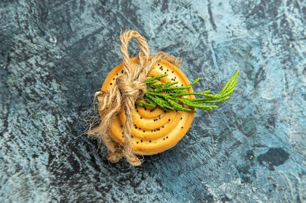 Bovenaanzicht cookies vastgebonden met een touw op grijze ondergrond met kopie ruimte