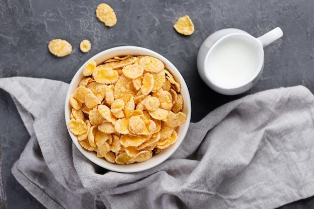 Bovenaanzicht cornflakes in kom voor ontbijt met melk