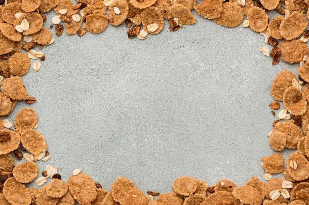 Bovenaanzicht cornflakes op tafel met kopie ruimte
