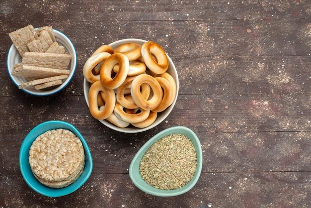 Bovenaanzicht crackers met chips op bruin