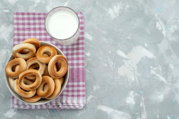 Bovenaanzicht crackers met melk op grijs