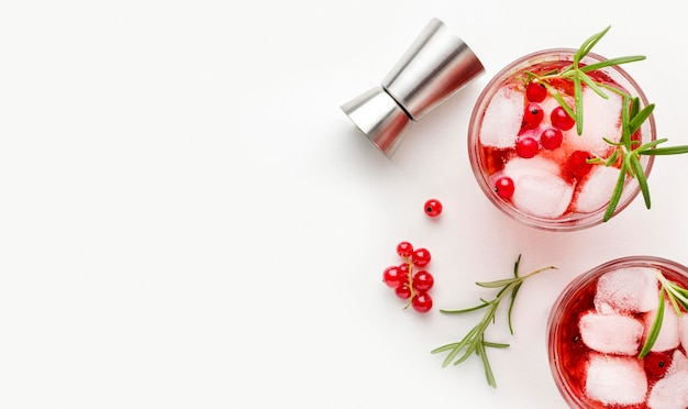 Bovenaanzicht cranberry wodka glazen met ijs en kopie-ruimte