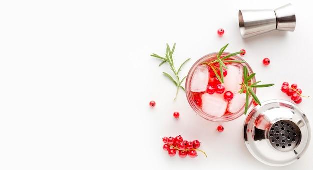 Bovenaanzicht cranberry wodka met kopie-ruimte