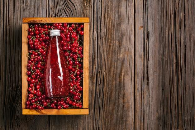 Bovenaanzicht cranberrysap met kopie ruimte