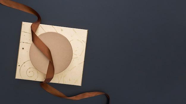 Bovenaanzicht creatief geschenkverpakking arrangement met kopie ruimte