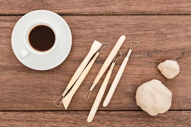 Bovenaanzicht creatieve werkplek met koffie