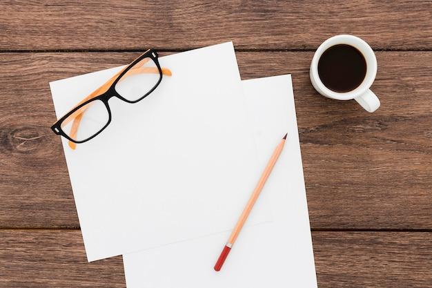 Bovenaanzicht creatieve werkplek met kopje koffie