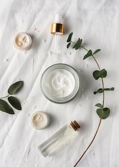 Bovenaanzicht crème container met plant