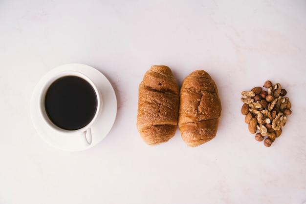 Bovenaanzicht croissant en koffieontbijt