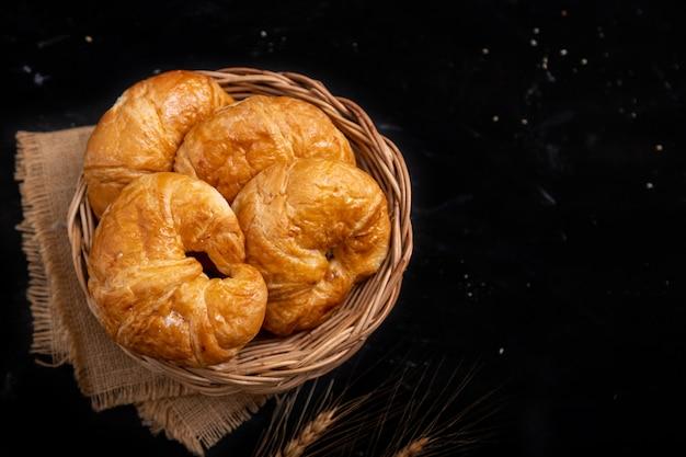 Bovenaanzicht croissant in de rieten mand