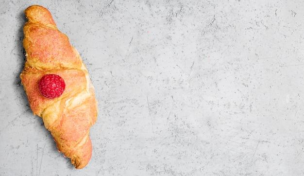 Bovenaanzicht croissant met fruit kopie ruimte
