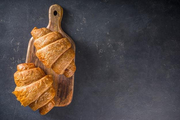 Bovenaanzicht croissant op tafel