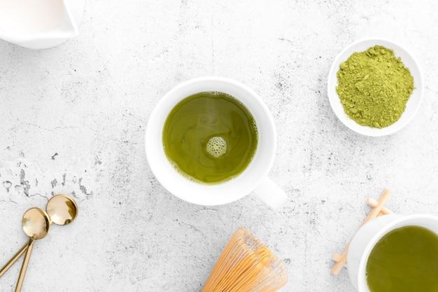 Bovenaanzicht cup met smakelijke matcha thee