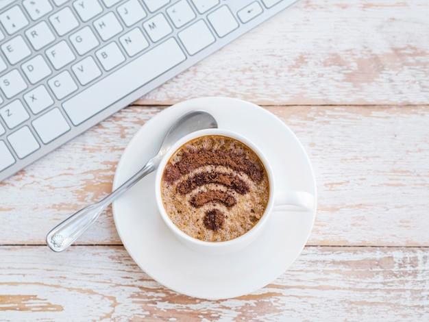 Bovenaanzicht cup met wifi-symbool