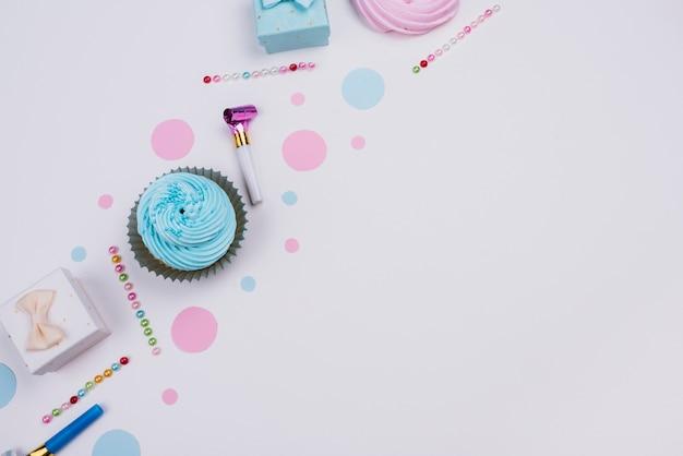Bovenaanzicht cupcake met heden naast