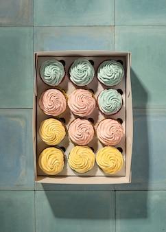 Bovenaanzicht cupcakes in doos
