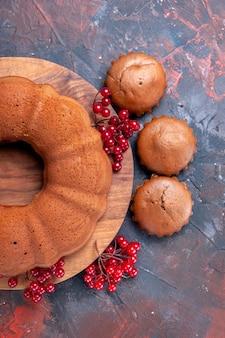 Bovenaanzicht cupcakes taart taart op het bord cupcakes en rode aalbessen